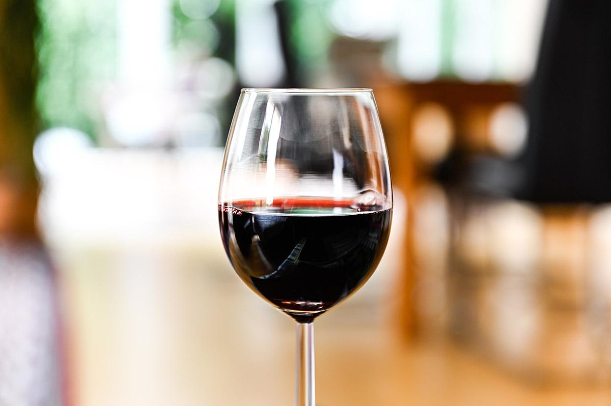 Rotweinglas als Cocktailglas
