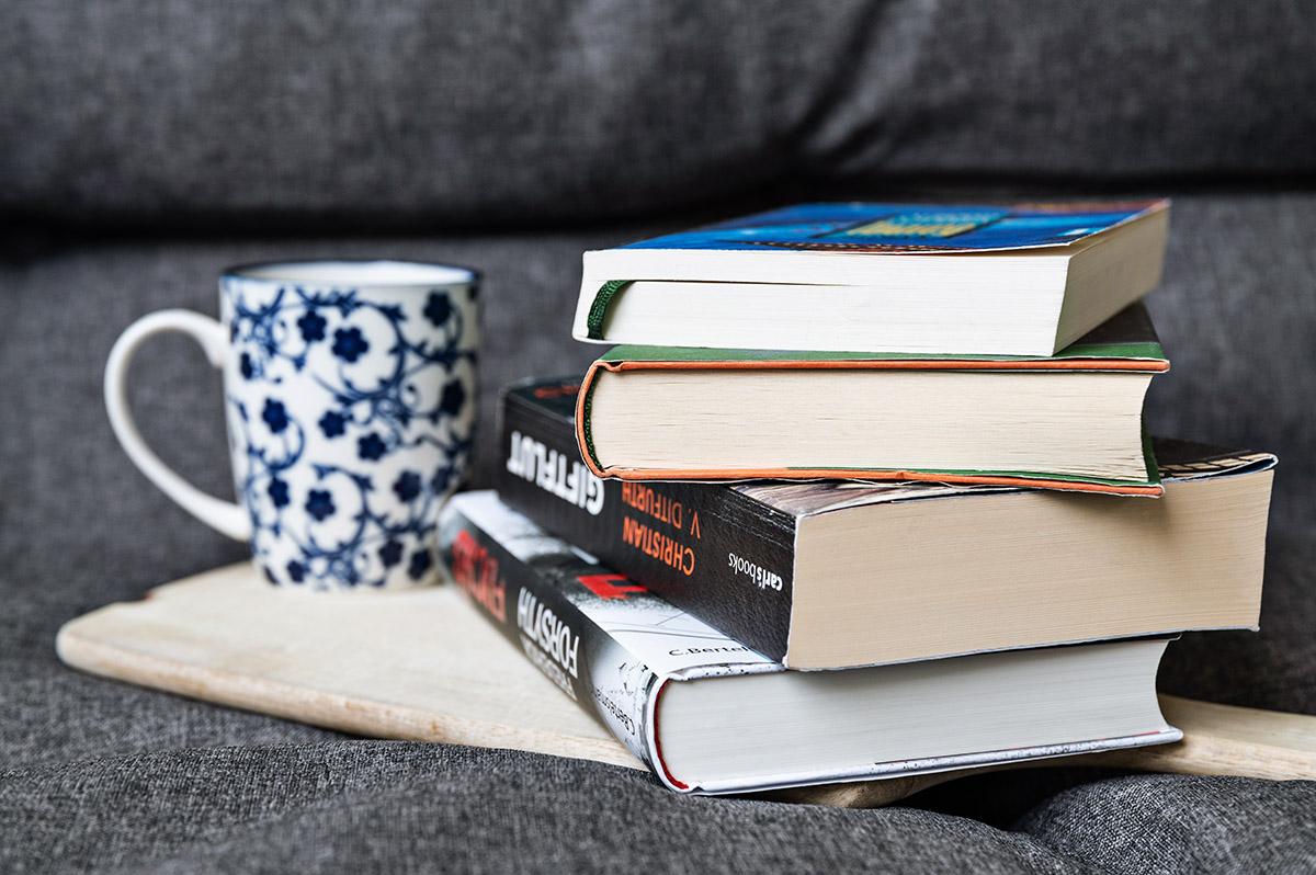 Regentag zu Hause mit gutem Buch