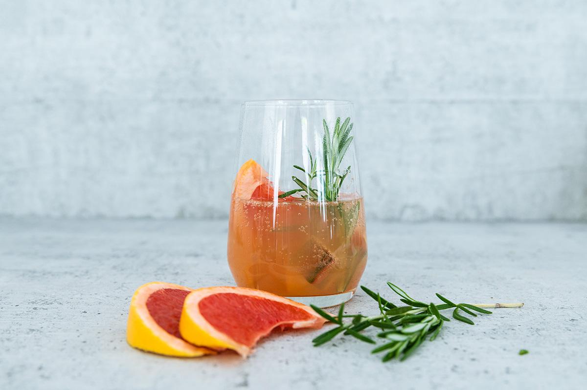 Gin Tonic mit Grapefruit und Rosmarin